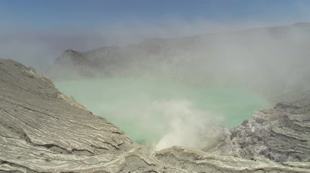 enxofre : Aerial view mountain landscape with crater acid lake Kawah Ijen where sulfur is mined. Sulfur gas, smoke. Ijen volcano complex group of stratovolcanoes in East Java Indonesia