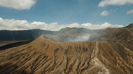 кратер : Mountain Bromo active volcano crater in East Jawa, Indonesia. Aerial view of volcano crater Mount Gunung Bromo is an active volcano,Tengger Semeru National Park. 4K video. Aerial footage. Стоковые видеозаписи