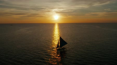 yansıyan : Sailing boat silhouette during sunset, aerial view Boracay, Philippines. Reflected sun on a water surface. Sunset over ocean. Seascape, Summer and travel vacation concept Stok Video