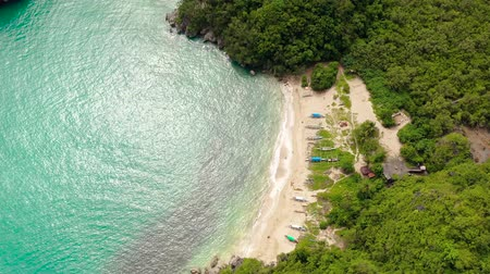 takımadalar : Small white sand beach. Rocky island with a jungle and a turquoise lagoon, aerial view. Caramoan Islands, Philippines. Summer and travel vacation concept.