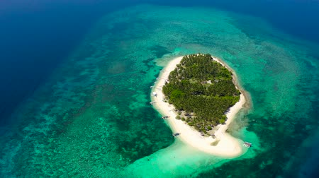 chata : Tropical island on a coral reef, top view. Beautiful white sandy beach for tourists.Digyo Island, Philippines. Summer vacation and tropical beach concept. Dostupné videozáznamy