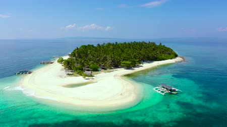 chata : The island of white sand on a large atoll, view from above. Tropical island with palm trees. Seascape with a paradise island. Digyo Island, Philippines. Summer vacation and tropical beach concept.