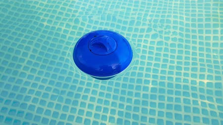шланг : blue plastic cleaning filter in the pool with water