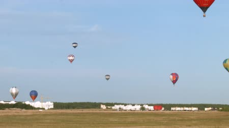 авиашоу : Balloons fly over aerodrome Стоковые видеозаписи