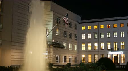 pas : The US American Embassy in Berlin with fountain at night. 4K