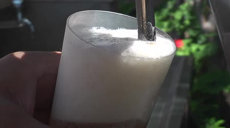 musluk : beer flowing  to a glass