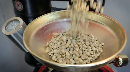 vagens : Green coffee beans poured into the coffee machines. Roaster fills with green coffee beans Vídeos
