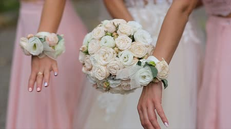 nevěsta : A bride and bridesmaids in pink dresses holding their bouquets.