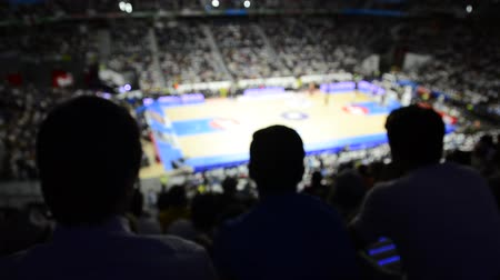 баскетбол : Spectators are clapping during an exciting basketball match
