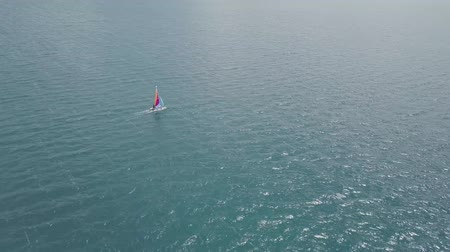 descobrir : Catamaran sailing in blue waters - shot from drone