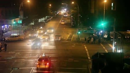 samochody : Time lapse of city traffic and pedestrians at night, view from High line park