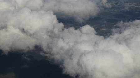 реальное время : Flying above clouds and land, Aerial view from an airplane over Florida, US Стоковые видеозаписи