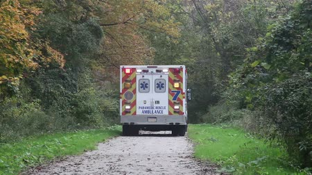karetka : Ambulance on rescue mission in a remote narrow trail in the wood. Wideo