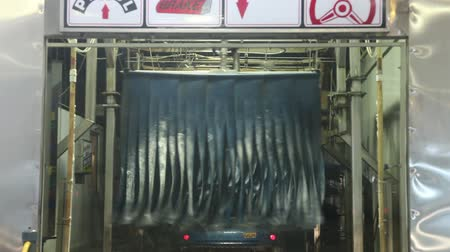 myjnia : Car going through car wash machine Wideo