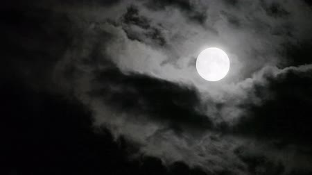 темно : Super moon moving in and out clouds