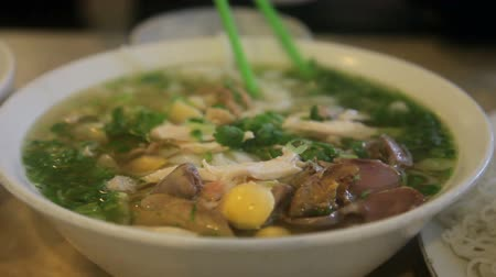 besinler : Vietnamese Pho, with someone eating it