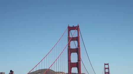 destinace : Zoom out from the tower to San Francisco Bay with tourists and people biking
