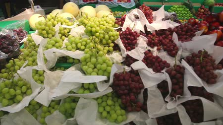 jabłka : Grapes and other fruits in a fruit stall Wideo