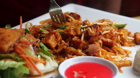 наслаждаться : Pad Thai, with someone eating it