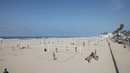 batı : People playing volleyball on the beach, Huntington Beach, California