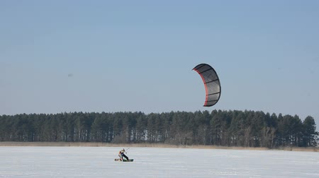 pára quedas : winter snow kiting on the lake ice