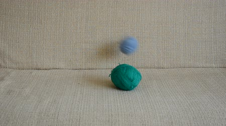 závit : threads balls and cat on the sofa