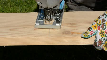 marangoz : cut with electric saw wooden plank