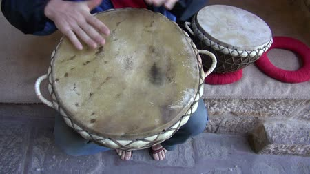 барабаны : playing with tabla drums in India Стоковые видеозаписи