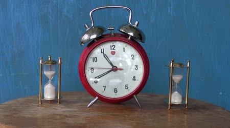 ampulheta : analog alarm-clock and two sand glass, hourglass on table. Time measure tools