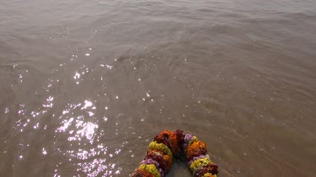 religioso : hindu ritual flowers garland and Bengal bay sea waves on beach Vídeos