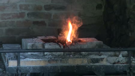 kowal : fire in old smithy and various blacksmith tools in old manor Wideo