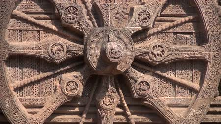 tapınaklar : beautiful historical chariot wheel and  Carvings in Sun temple, Konark, India. World heritage, UNESCO