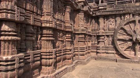 tapınaklar : beautiful historical chariot wheels and  Carvings in Sun temple, Konark, India. World heritage, UNESCO Stok Video