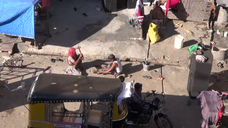 yoksulluk : JODPHUR, INDIA – DECEMBER 22, 2012: poor people working in Jodphur  street in Rajasthan blue city, metal works Stok Video