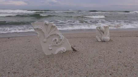 sıva : Sculptural plaster cast on the beach in the sand Stok Video