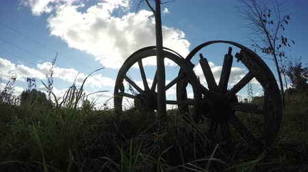 sáně : two old broken wooden horse carriage on farmland field and autumn sunlight. Timelapse 4K Dostupné videozáznamy