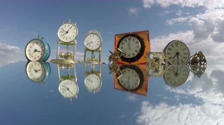 cronômetro : Many clocks on the mirror beneath the cloudy sky, time lapse 4K