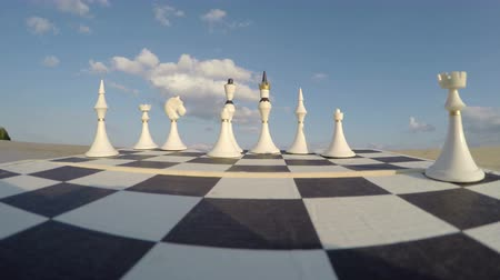 xadrez : Chess board with figures under blue cloudy sky on sunny day, time lapse 4K Vídeos