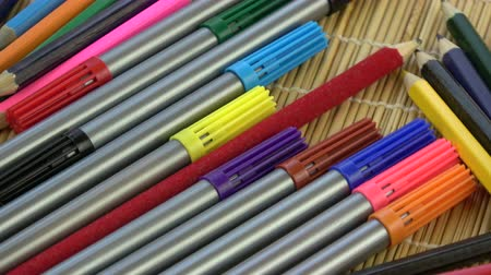 impressão tipográfica : Rotating colorful pencils and felt-tips background