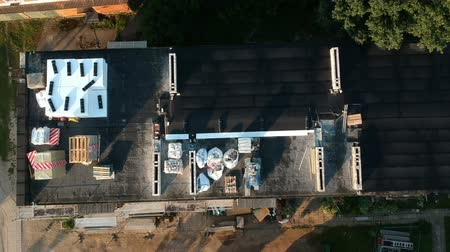 dach : Repair equipment on old apartment building roof in city and scaffolding, aerial view Wideo