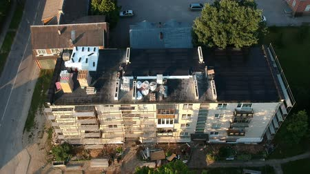 dach : Drone above old apartment building roof in city and scaffolding, aerial view Wideo