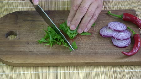 espinafre : Cutting fresh  spinach on wooden kitchen board