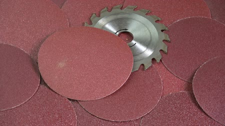 brusič : Rotating sanding discs and circular saw tool industrial equipment background