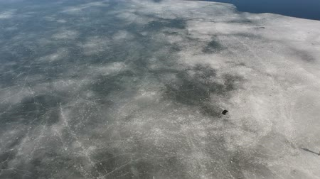 rachaduras : Spring breaking ice on river, aerial view
