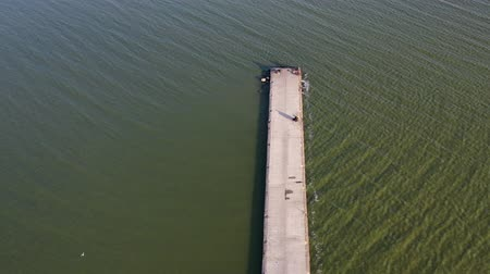 golfbreker : Long  pier breakwater on sea lagoon with fishermens, aerial view
