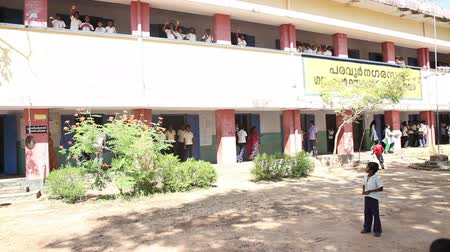 educar : VARKALA, KERALAINDIA - FABRUARY 13  2012: Indian children waved their hands and rejoice from the second floor of the school on Fabruary 13 in Varkala