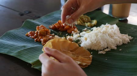 vejetaryen : white man eats with his hands indian food from banana leaf like indian people