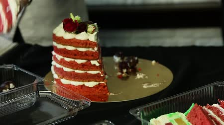 gąbka : confectioner hands cut down homemade red decorated cake