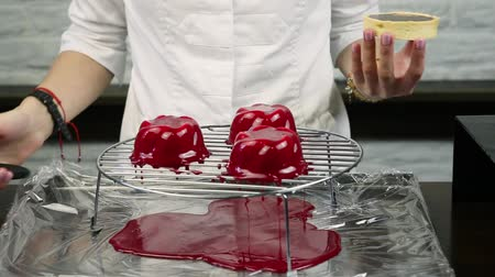 желатин : confectioner chills out red glaze on frozen desserts blanks