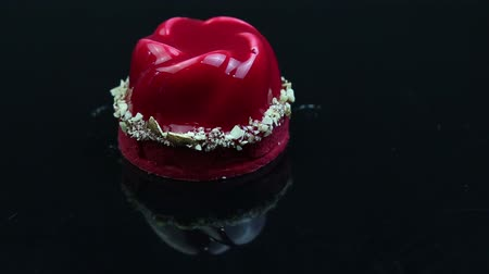 восхитительный : decorated red mousse dessert on mirror black background